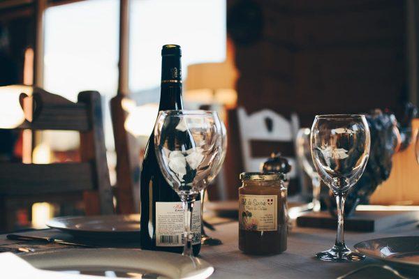 Escort Service Lausanne Restaurant mit Wein