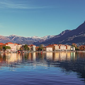 Blick über den Genfer See mit der Innenstadt im Hintergrund