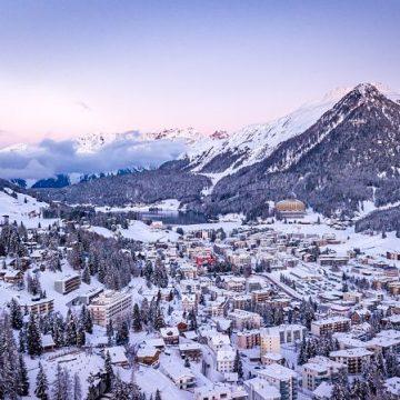 Davos im Winter mit Bergpanorama